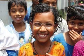 Kind mit einer One-Dollar-Brille